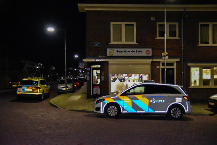 Politie bij de overvallen snackbar in Arnhem.