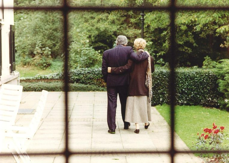 Oud-premier Ruud Lubber en echtgenote Ria hebben zaterdagmiddag even de rust opgezocht voor een wandeling in de tuin van het Catshuis, nadat Lubbers is onderscheiden met de hoogste Koninklijke onderscheiding. Beeld ANP