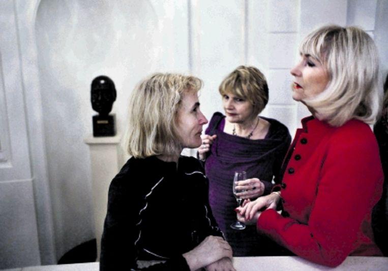 Van links naar rechts: actrices Hilt de Vos, Tinque Dongelmans en Karla Wildschut in de Stadsschouwburg, waar gisteravond de ACT werd opgericht, een vereniging die opkomt voor de belangen van acteurs. (FOTO ROB HUIBERS) Beeld