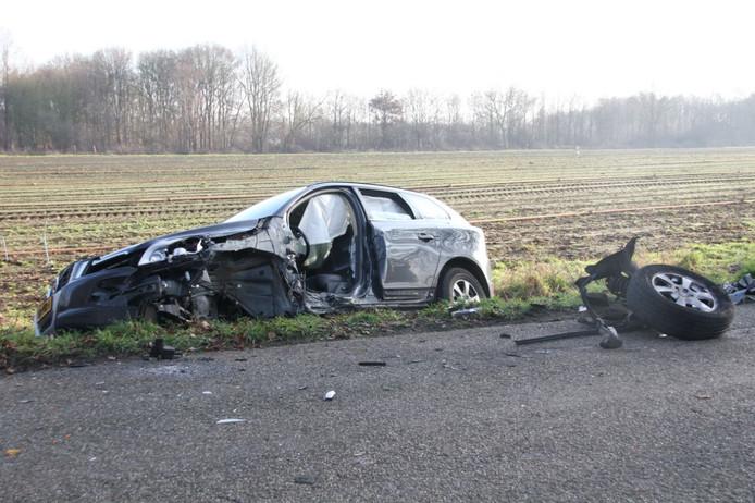 Frontale botsing autos in Lemelerveld: weg afgesloten.