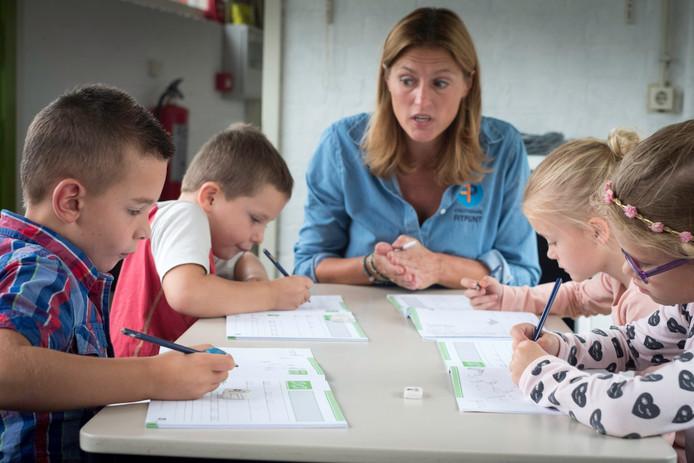 Schrijfjuf Lisanne (midden) doceert van links naar rechts Sam, Bas, Maartje en Miley.