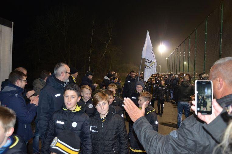 De jeugdspelers werden toegejuicht door de supporters.