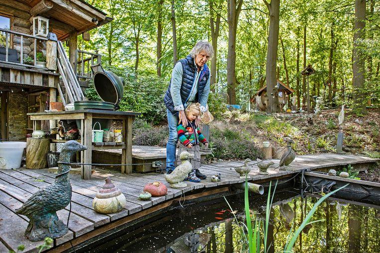 Gertjan Verbeek met dochter Sinne voor zijn eigenhandig gebouwde blokhut. Beeld Guus Dubbelman / de Volkskrant