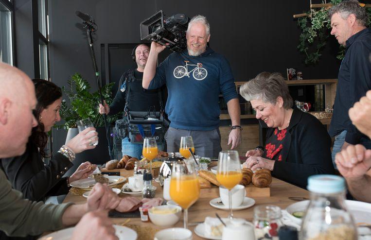 Opnamen tijdens het ontbijt in de bed and breakfast van Nicole en Tim.  Beeld Fieke van Berkom