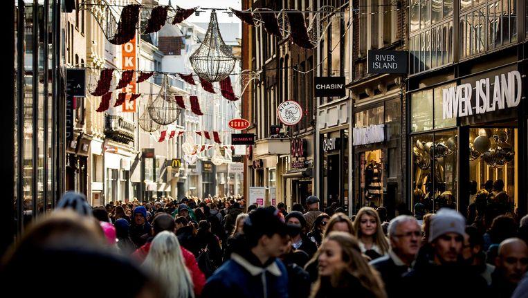 De gemiddelde winkelhuur aan de Kalverstraat per meter per jaar is 2.900 euro Beeld anp