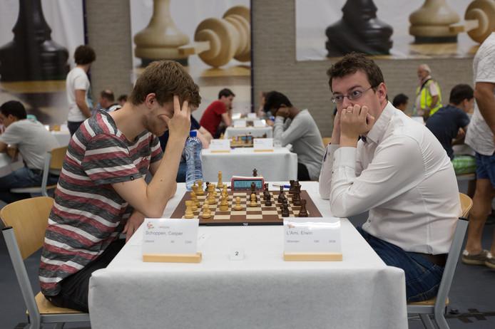 Erwin l'Ami (rechts) is in gepeins verzonken in zijn partij tegen Casper Schoppen tijdens de slotronde van het Open Nederlands kampioenschap schaken in Dieren. L'Ami won de partij en werd voor de derde keer toernooiwinnaar.