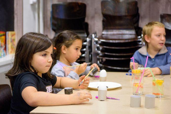 Kinderen tijdens een activiteit bij Stichting Sociaal Solidair aan de Pachtakker in de Eindhovense wijk Vlokhoven.