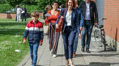 VIDEO. Iepers burgemeester Emmily Talpe brengt zoontje mee naar stembus