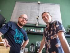 Zelfschrijvend bord tekent menu op van Zwolse espressobar