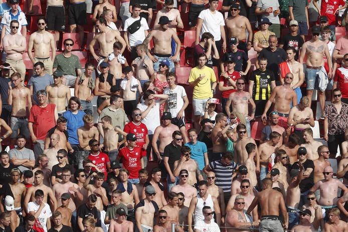 Supporters van FC Utrecht trotseren de hitte in Stadion Galgenwaard, in de wedstrijd tegen HSK Zrinjski Mostar.