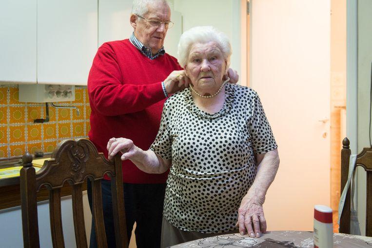 Zoon Flor (78) helpt Julia om haar kralen om te doen.