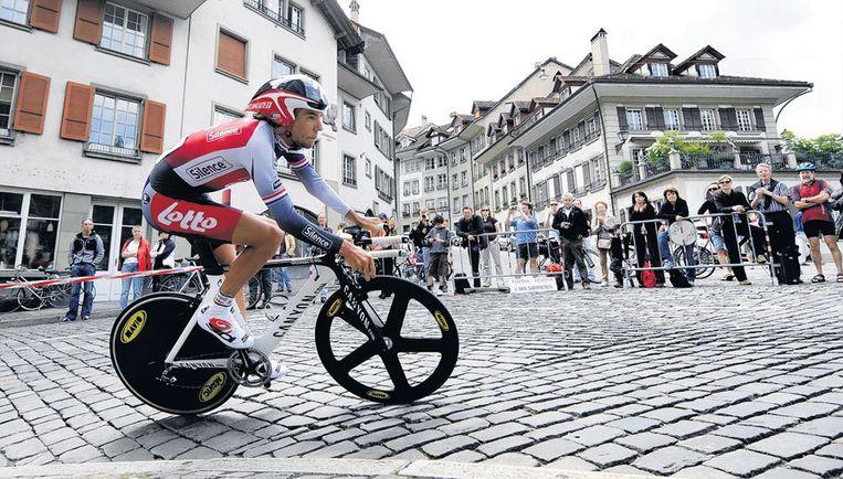 Thomas Dekker manoeuvreert zijn tijdritfiets voorzichtig over de keien op Lauferplatz in Bern. Foto EPA/Lukas Lehmann Beeld