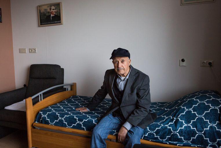 De Turks-Nederlandse Mehmet (82) in zijn kamer in een Haags verzorgingshuis.  Beeld Cigdem Yuksel