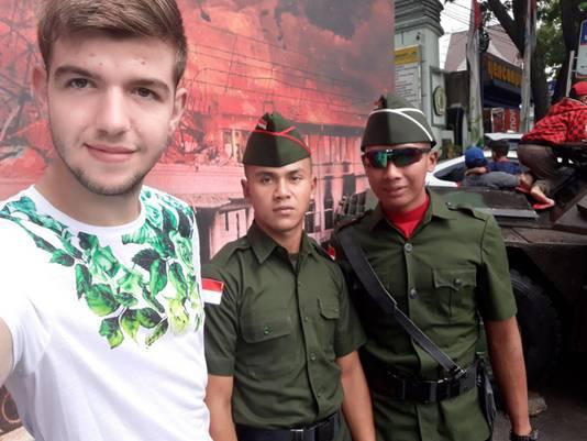 Joey Schouten poseert met twee militairen in Sidoarjo op Java. ,,De beveiliging is overal verdriedubbeld.''