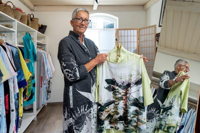 Anja van de Zand verkoopt in haar nieuwe winkel jurken van de Zuid-Afrikaanse ontwerper Hugo Flear.