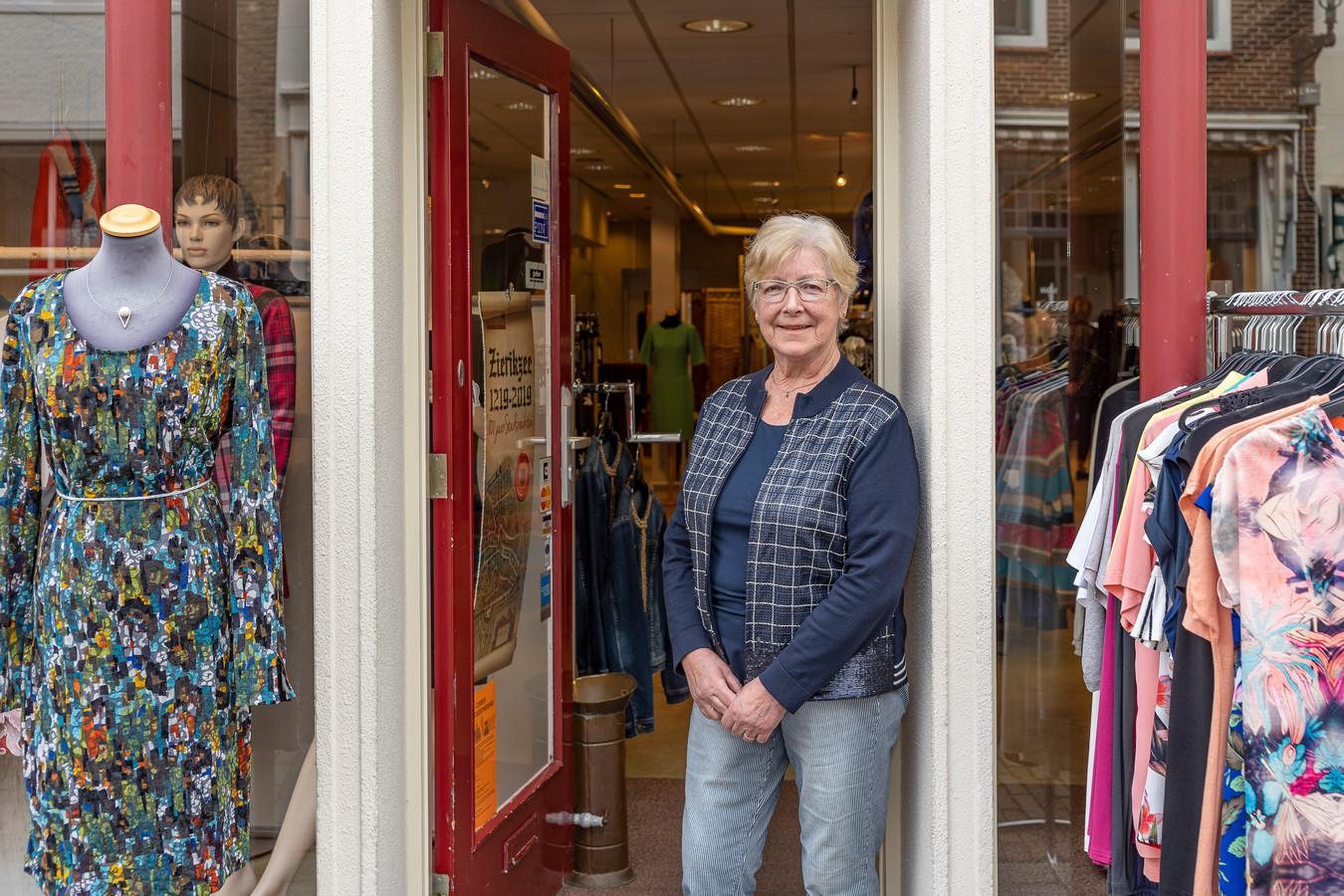 Riet Vleghels bij het modehuis aan de Poststraat, waar ze 39 jaar dames in de nieuwe kleding stak.