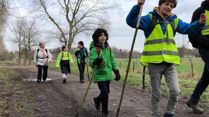 """Vier Gentse jongeren stappen zestig kilometer naar Brussel voor het klimaat: """"Tiende verjaardag onderweg gevierd"""""""