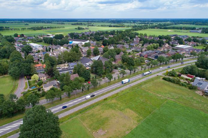 Luchtfoto van Oudleusen tussen Dalfsen en Ommen aan de Hessenweg (N340).