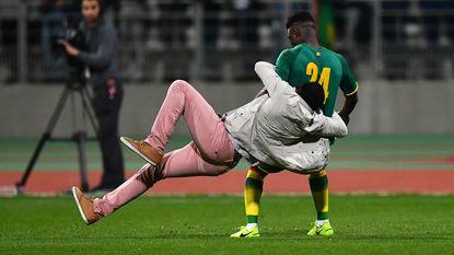 Wilmots ziet Ivoorkust gelijkspelen, maar ook hoe speler door veldbestormer getrakteerd wordt op charge