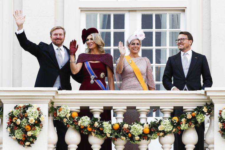 Koning Willem-Alexander en koningin Máxima samen met prins Constantijn en prinses Laurentien zwaaien naar omstanders vanaf het balkon bij Paleis Noordeinde op Prinsjesdag.