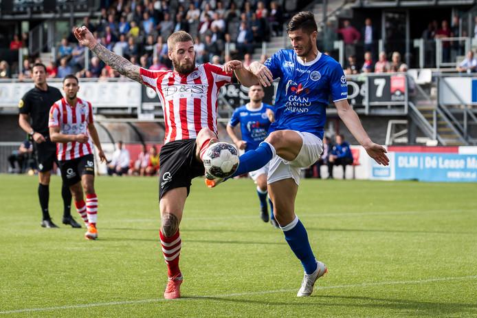 Stefan Velkov (rechts), hier in duel met Lars Veldwijk in de verloren uitwedstrijd tegen Sparta (2-0) eerder dit seizoen, moet een kleine ingreep aan zijn knie ondergaan.