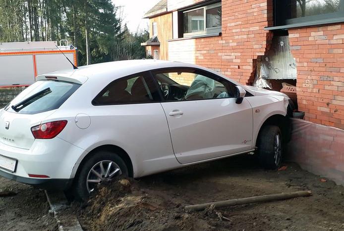 La voiture a endommagé la façade