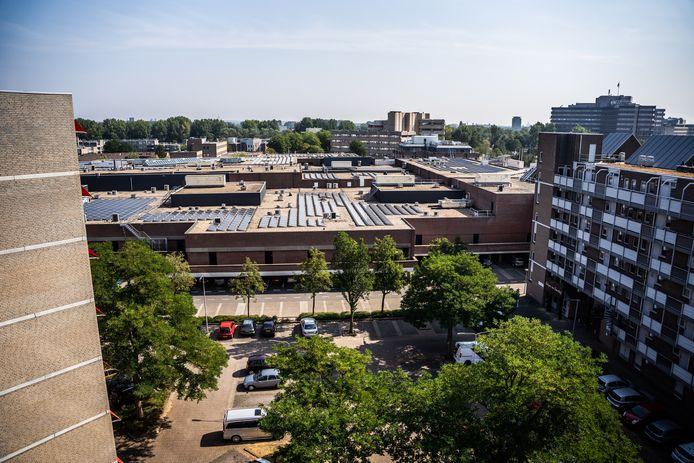 In het gebied rond winkelcentrum Kronenburg in Arnhem-Zuid ziet de gemeente kansen voor versnelde woningbouw. In dit al flink versteende gebied moet dan wel ook worden geïnvesteerd in de omgeving, niet in het minst in meer groen. Archieffoto: Rolf Hensel