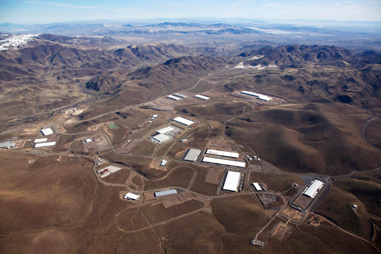 Een van de beelden die Rem Koolhaas gebruikt voor zijn expositie in New York: Google, Apple, Amazon en Tesla verdrijven met hun bedrijventerrein wilde paarden uit de woestijn van Nevada.