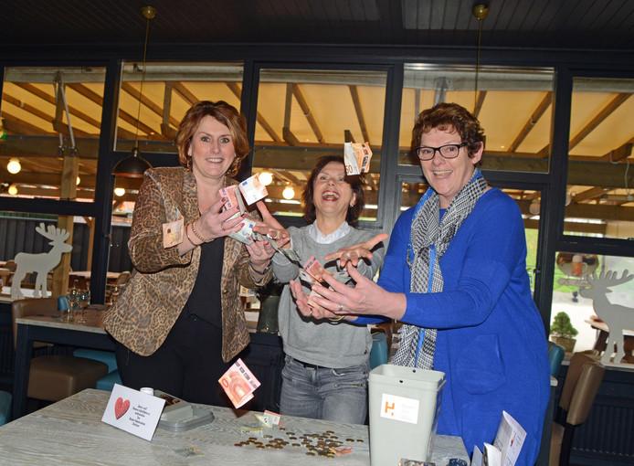 Anita Joziasse en Liset Padmos van het hospice zijn blij met het geld dat Hanny Meeuwisse (rechts) van De Meeuw inzamelde.