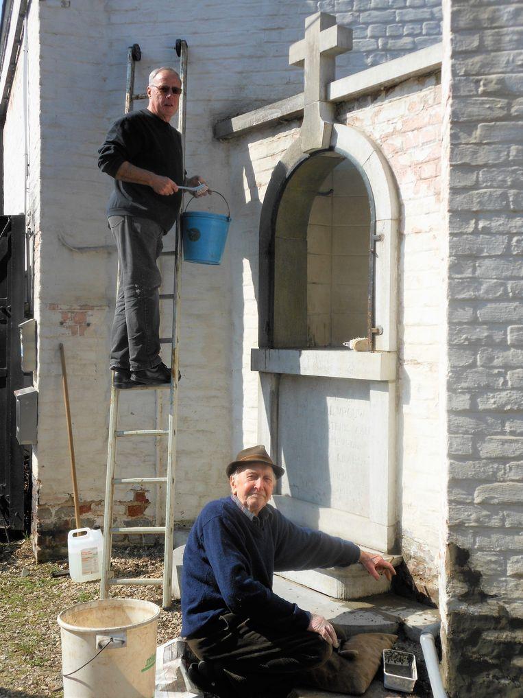 Links, Zéphirin (Zef) Swaelens en rechts Maurice Debremaeker in volle actie bij de renovatie van de kapel van Maurice Winderickx, alias Maurice van den Boor van de Put.