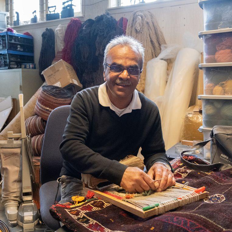 De Iraanse tapijten zijn zo goed door de knoopdichtheid: de hoeveelheid kleine knoopjes die de tapissiers met engelengeduld door de wol- en zijdedraden weven. Beeld Sabine van Wechem