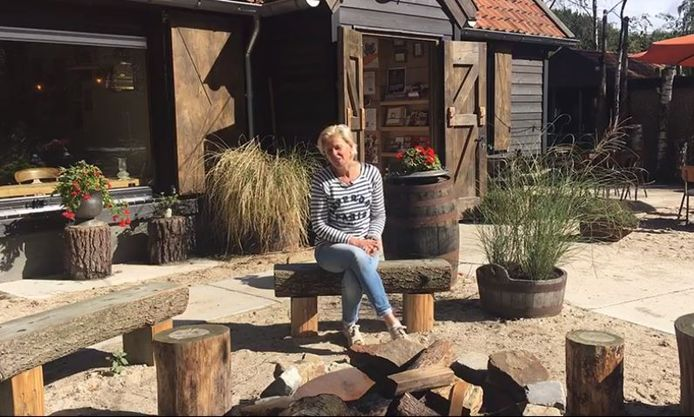 Ondernemer Alice van den Broek (camping Hartje Groen/de Boshut) spreekt collega's toe in een Facebookfilmpje.