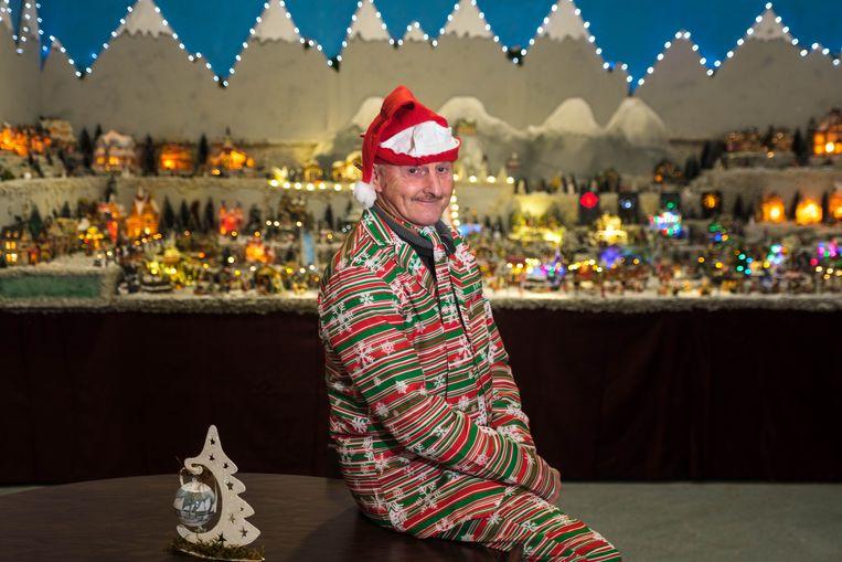 Frank Smet bij zijn kerstdorp.