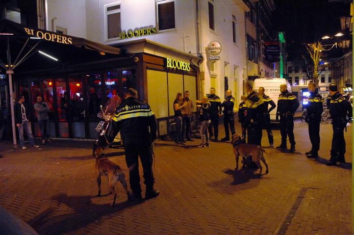 Politie-inzet na een onrustige avond op de Korenmarkt in Arnhem.