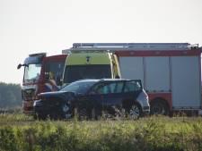 Drie auto's botsen op elkaar op Maas en Waalweg