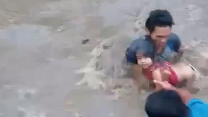 Helden redden meisjes uit kolkend water na instorting brug