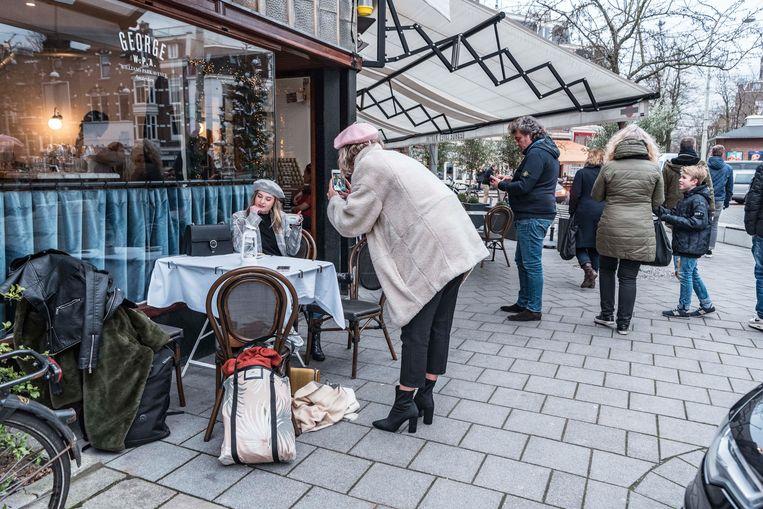 Dyonne (@xdyonnex) en Dani (@danizijlstra) bij Café George in Amsterdam-Zuid. Beeld Bo Borkus