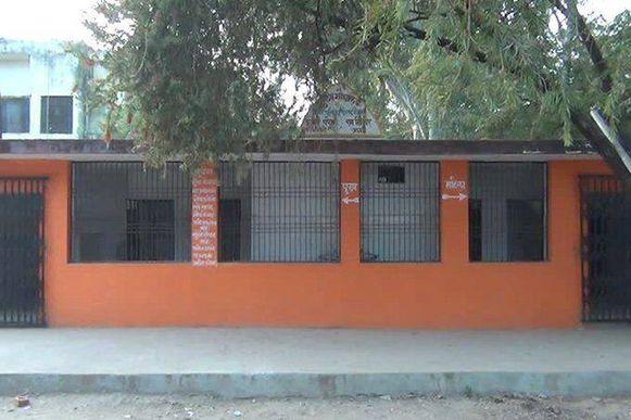 De saffraankleurige muren zorgden voor verwarring bij de lokale bevolking.