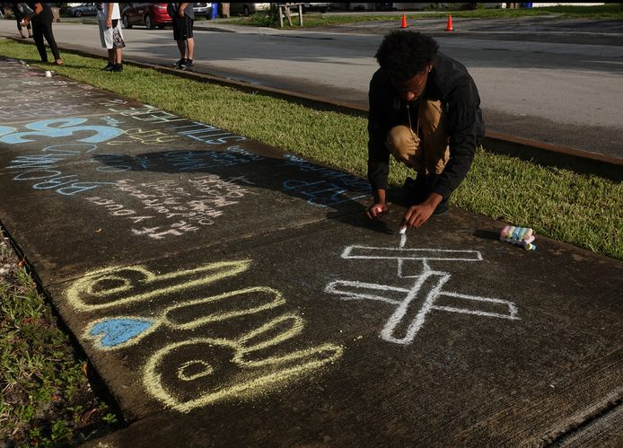 Een jonge fan van de vorig jaar vermoorde rapper XXXTentacion schrijft een boodschap op de stoep bij zijn huis. KJ Balla is de derde rapper in vier maanden die in Brooklyn is doodgeschoten.