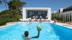 WOONVIDEO. Kijk binnen in deze nieuwbouwvilla met verwarmd zwembad aan de Portugese Zilverkust