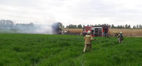 Landbouwvoertuig in Westdorpe brandt uit