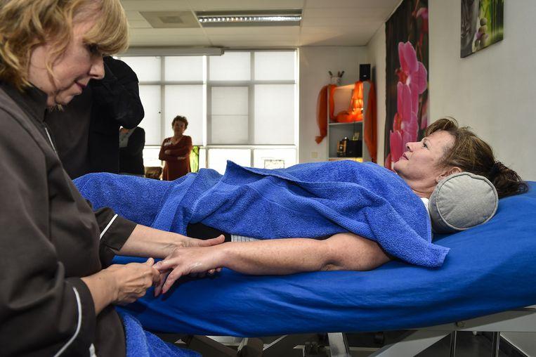 Eva Boel van vzw Massageweb geeft een massage.