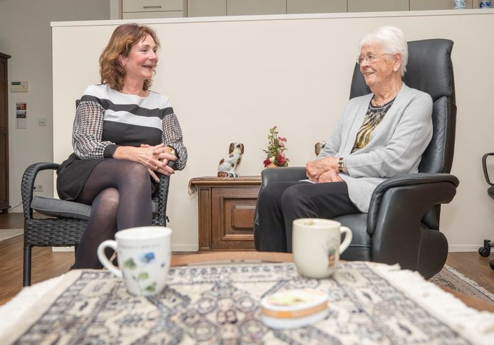 Welzijnscoach Linda Duvekot in gesprek met Coba van der Plasse-Sonke (88).