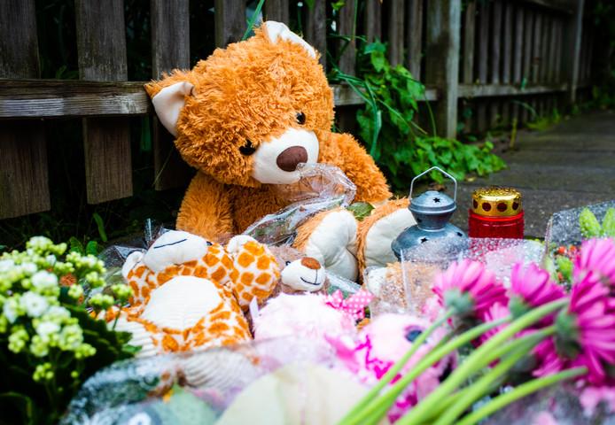 Voor het huis waar het familiedrama zich maandagavond afspeelde, zijn bloemen en knuffels neergelegd.