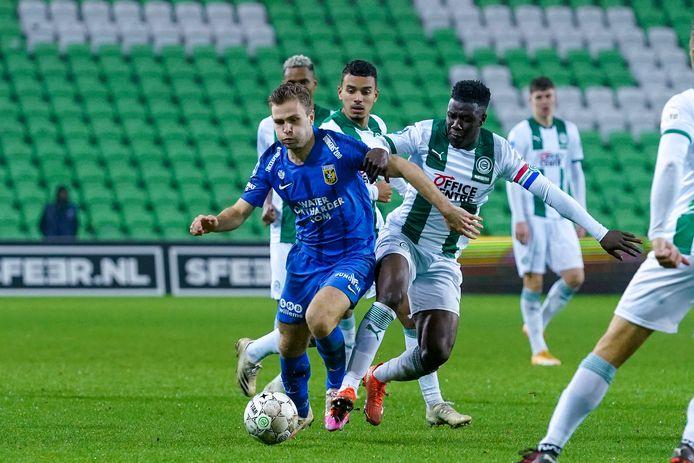 Ploeteren tegen een overmacht. Vitessenaar Sondre Tronstad (blauw shirt) duelleert met Azor Matusiwa. FC Groningen had zich zaterdag volledig aangepast aan de Arnhemse club.