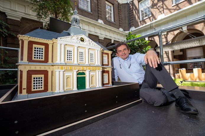 (C) Roel Dijkstra Fotografie/ foto: Marc Heeman  Schiedam, De legoversie van de Korenbeurs, waar Bibliotheek Schiedam in is gevestigd, is namelijk klaar. Dit ter ere van het 100-jarig bestaan. Directeur Theo Schilthuizen laat het graag zien.