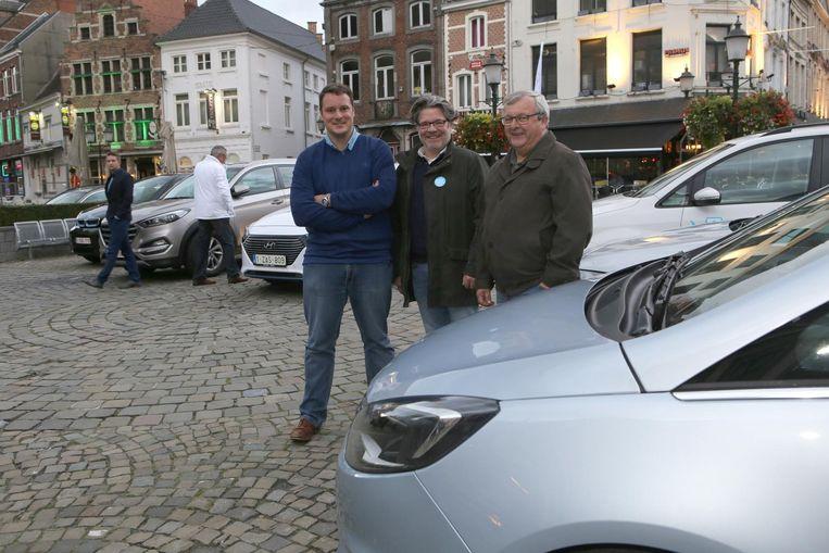 V.l.n.r. Geert Cluckers (schepen van milieu), Maarten Van Houdenhove van DATS24 en Benny Reviers (schepen van Mobiliteit).