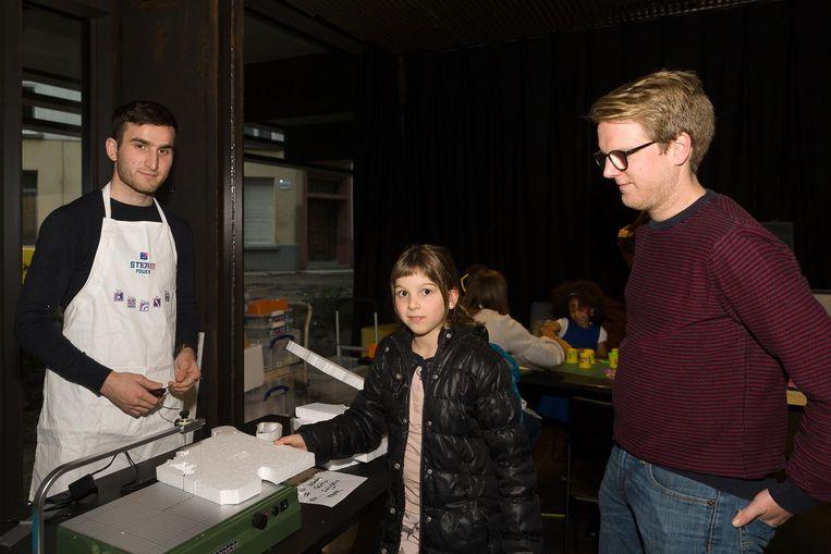 Steam-instructeurs geven een cursus 3D-printen, lasercutting en houtsnijden aan kinderen.