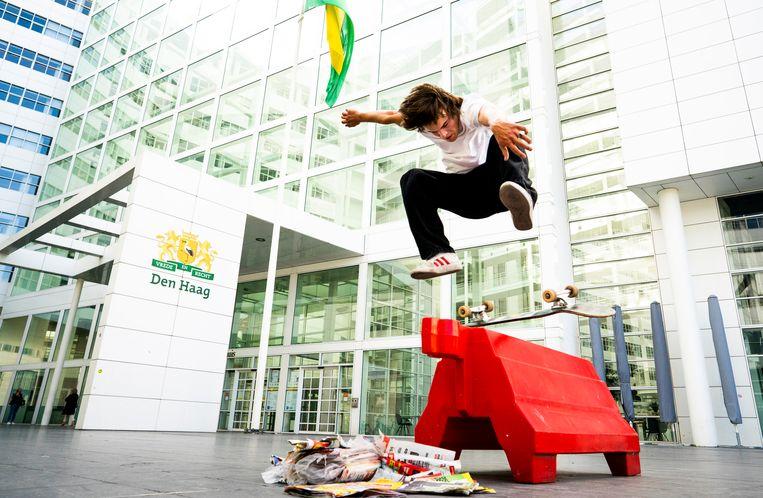 Een skater voor het stadhuis van Den Haag, bijgenaamd het IJspaleis. Beeld Freek van den Bergh / de Volkskrant