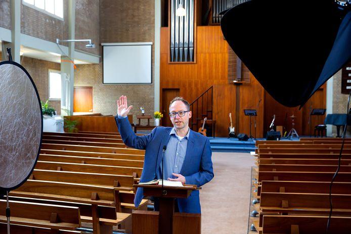 Dominee Peter Colijn van de gereformeerd-vrijgemaakte kerk in Rotterdam-Delfshaven neemt sinds een paar weken op zaterdagochtend zijn preek op, zodat mensen die de volgende dag thuis kunnen kijken op YouTube.  In de video is altijd een optreden van een koor of band te bekijken.